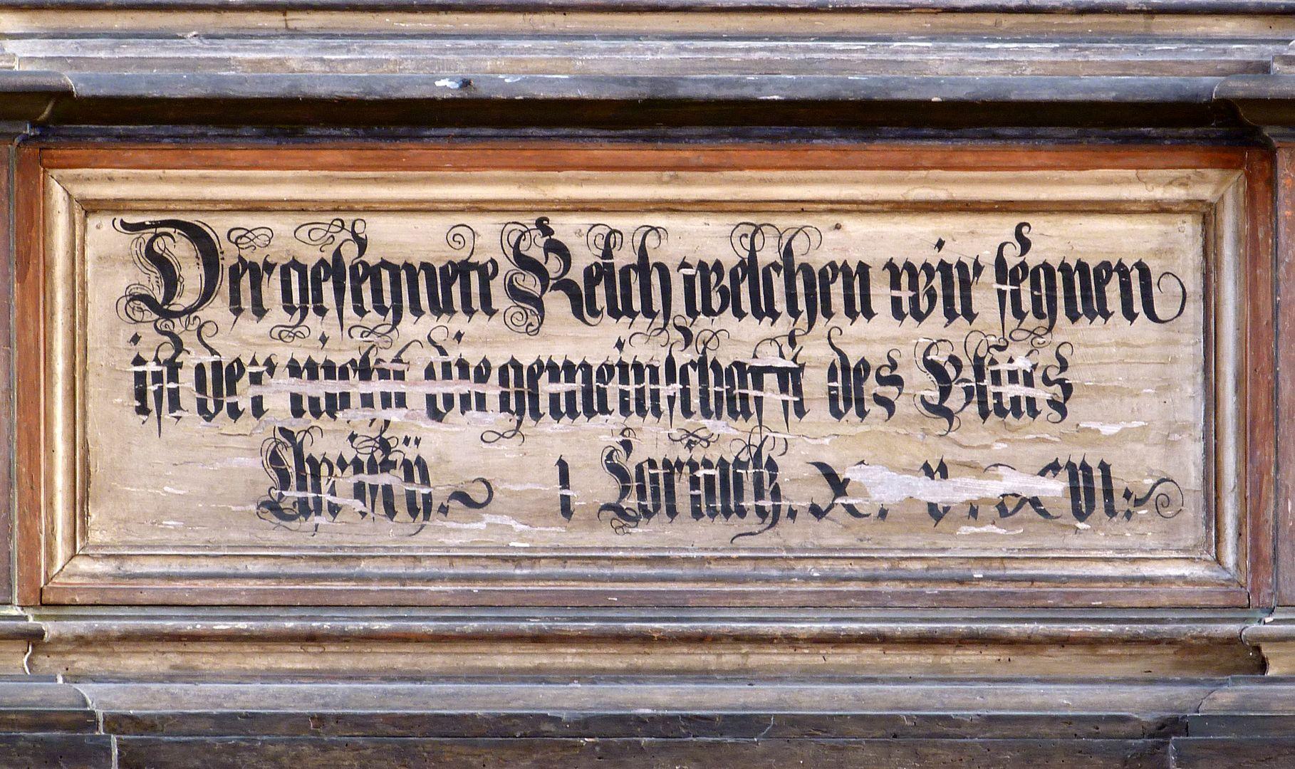 Flötner Altar (Ansbach) Inschrift aus Korinther 10,16 erster Satz: Ist der Kelch des Segens, über den wir den Segen sprechen, nicht Teilhabe am Blut Christi? (Ist das Brot, das wir brechen, nicht Teilhabe am Leib Christi?)