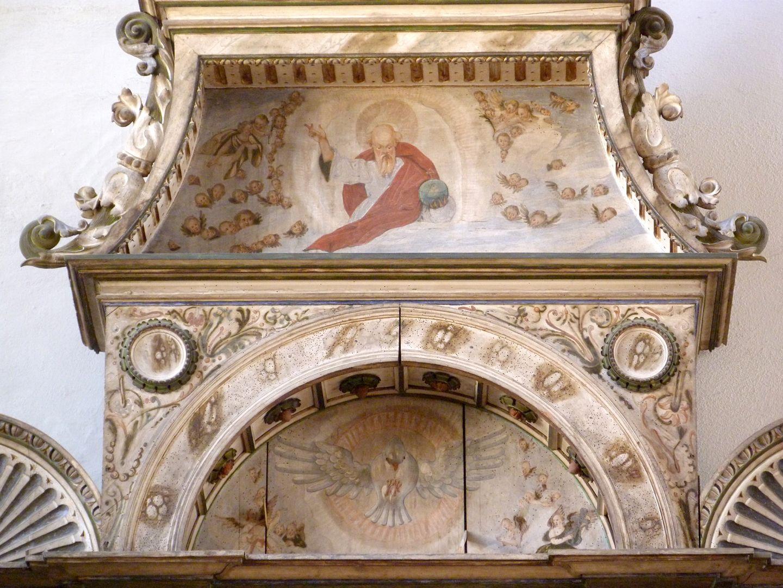Flötner Altar (Ansbach) Bogen- und Ädikuladetail mit Darstellung Gottes samt Engelschar