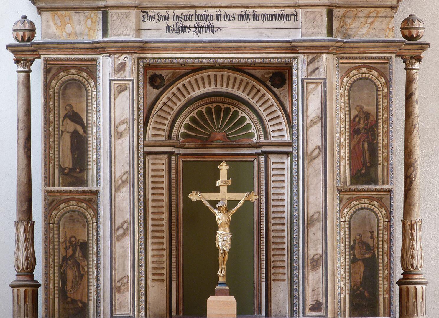 Flötner Altar (Ansbach) Altar Mittelkörper, Inschrift aus Korinther 10,16 zweiter Satz (Ist der Kelch des Segens, über den wir den Segen sprechen, nicht Teilhabe am Blut Christi?) Ist das Brot, das wir brechen, nicht Teilhabe am Leib Christi?