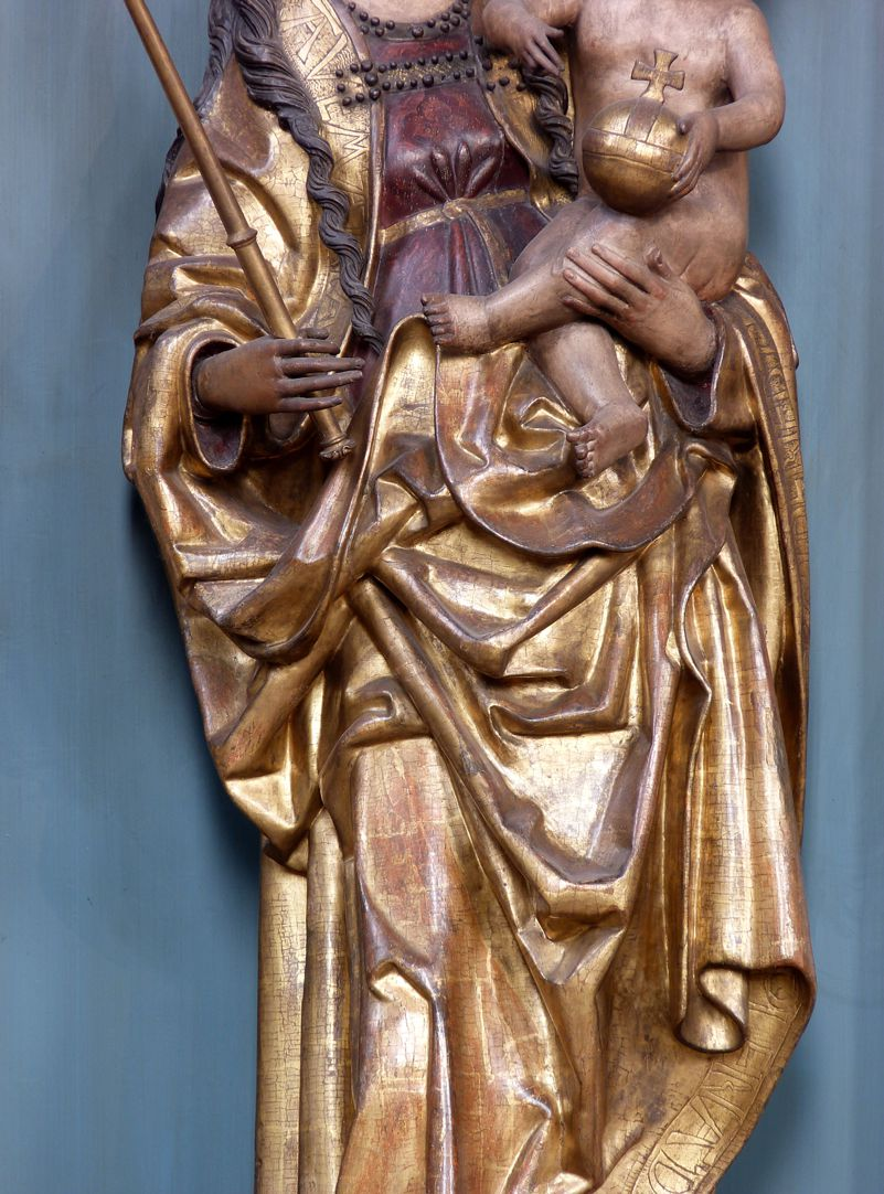 Muttergottes mit Kind Detailansicht des Faltenwerks