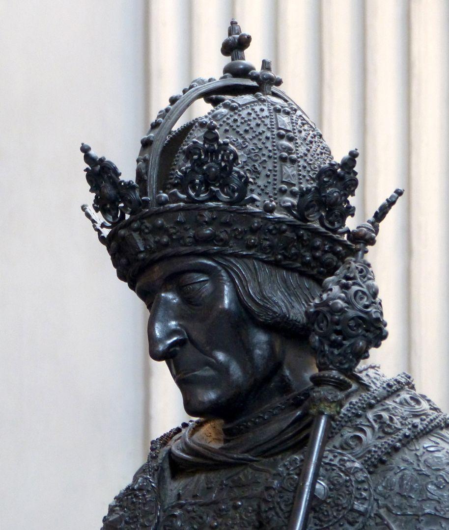 Friedrich III. (Innsbruck) Kopf mit der Krone der Habsburger