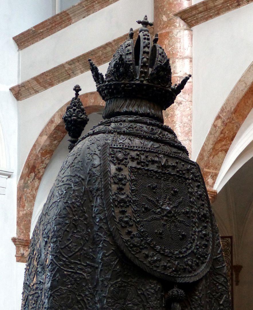 Friedrich III. (Innsbruck) Rücken