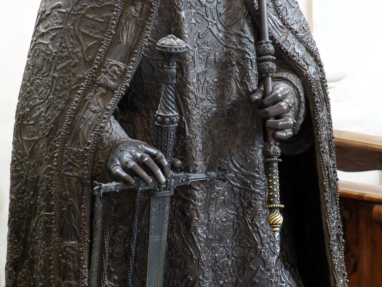 Friedrich III. (Innsbruck) Hände mit Schwert und Zepter