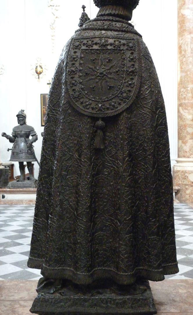 Friedrich III. (Innsbruck) Rückansicht des schweren Mantels