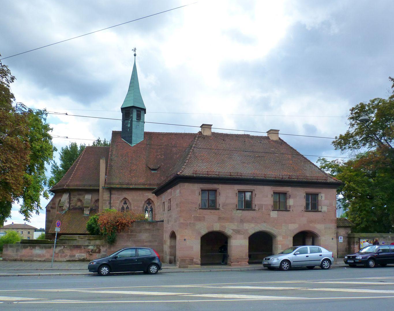 Pförtnerhaus des Friedhofs St. Jobst Kirche und Pförtnerhaus von der Straße aus.