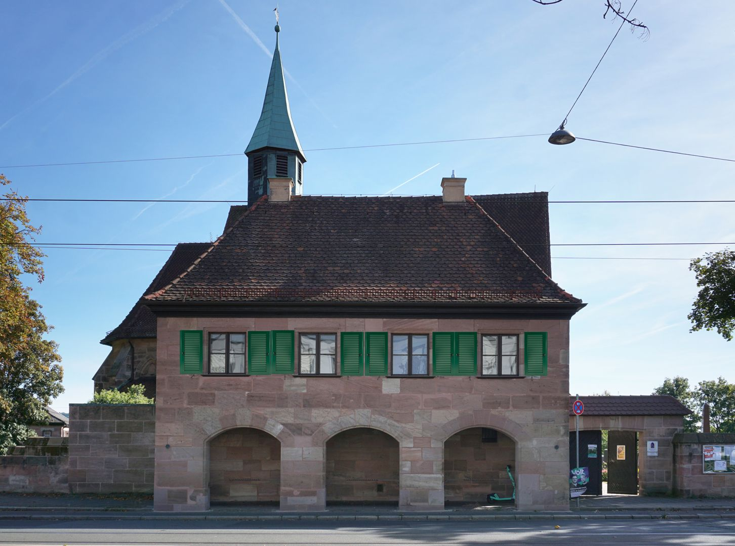 Pförtnerhaus des Friedhofs St. Jobst Nordseite mit digitaler Rekonstruktion der heute leider fehlenden Fensterläden
