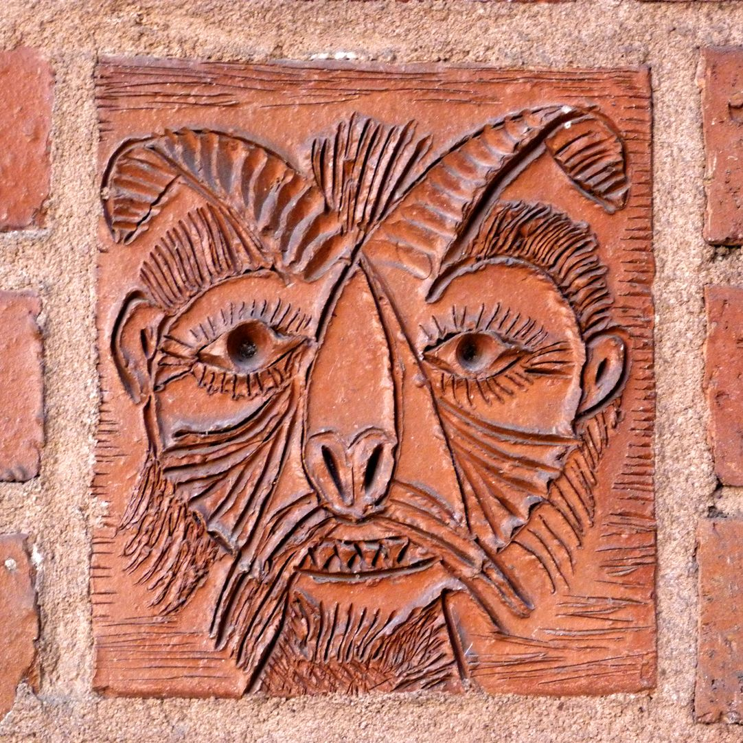 Wohn- und Geschäftshaus Detail Tonrelief mit Faunkopf