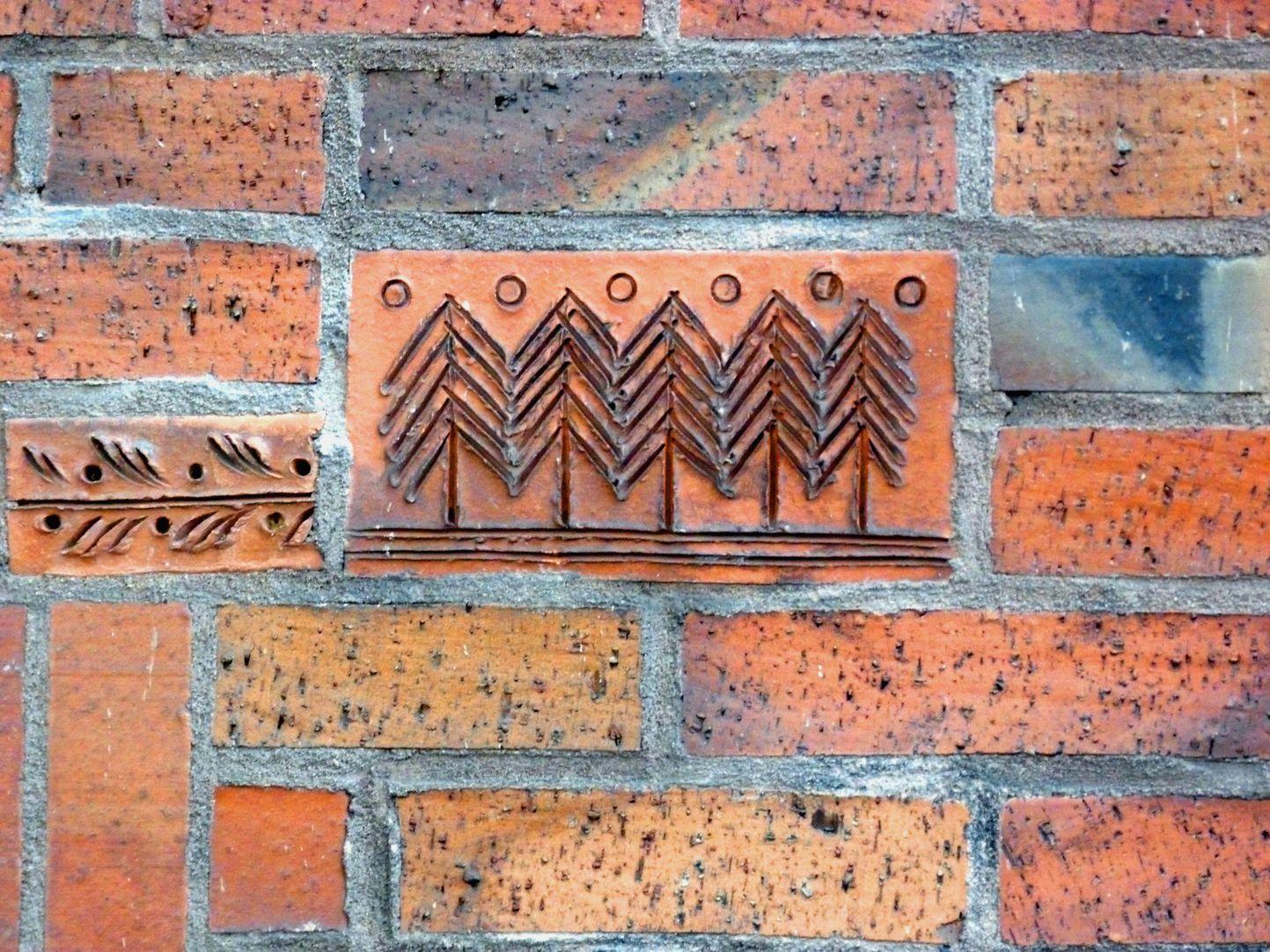 Wohn- und Geschäftshaus Detail Tonrelief