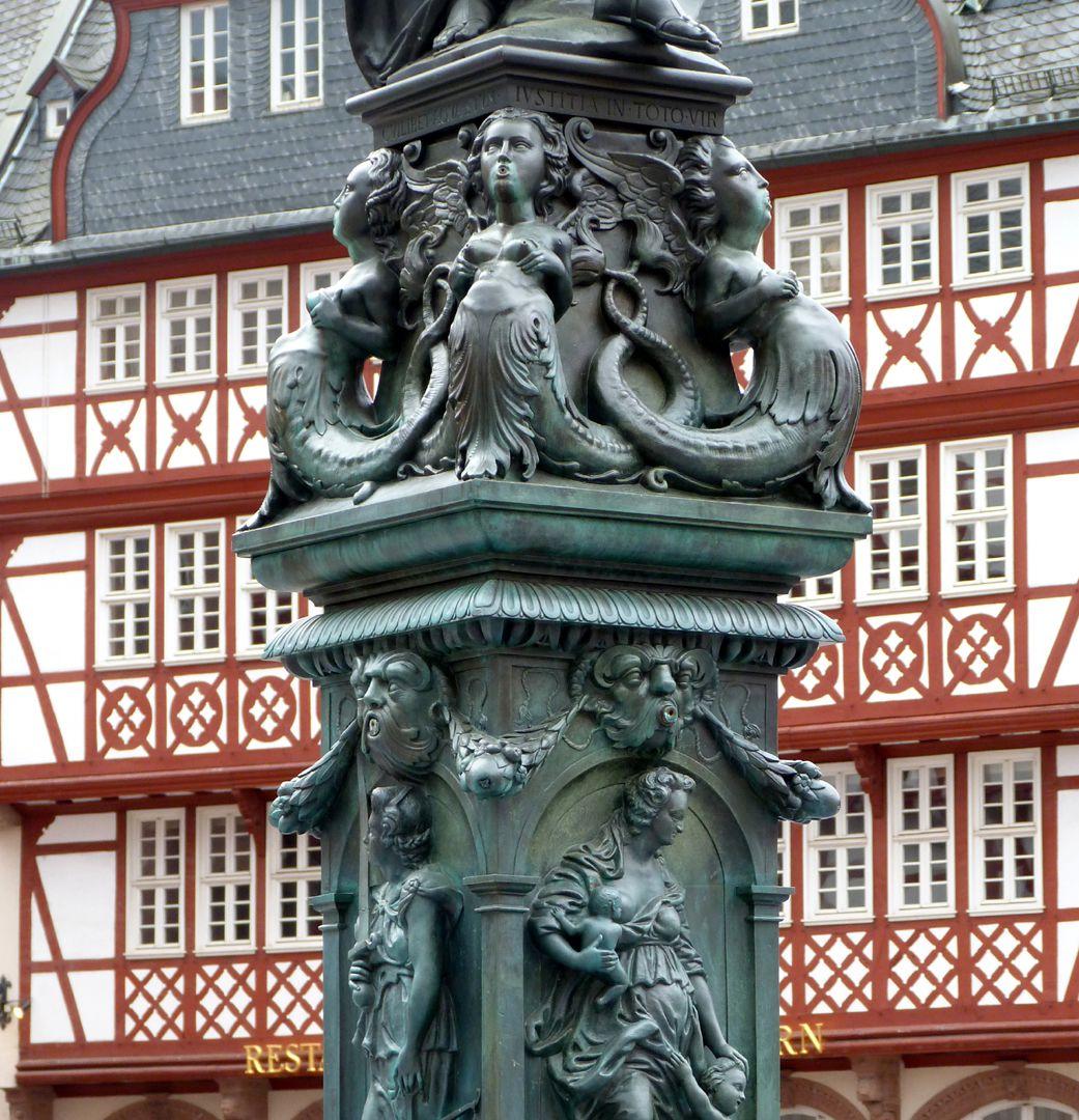 Gerechtigkeitsbrunnen (Frankfurt a.M.) Fußgestell mit Doppelschwänzigen Meeresfrauen und obere Hälfte des Brunnenstocks