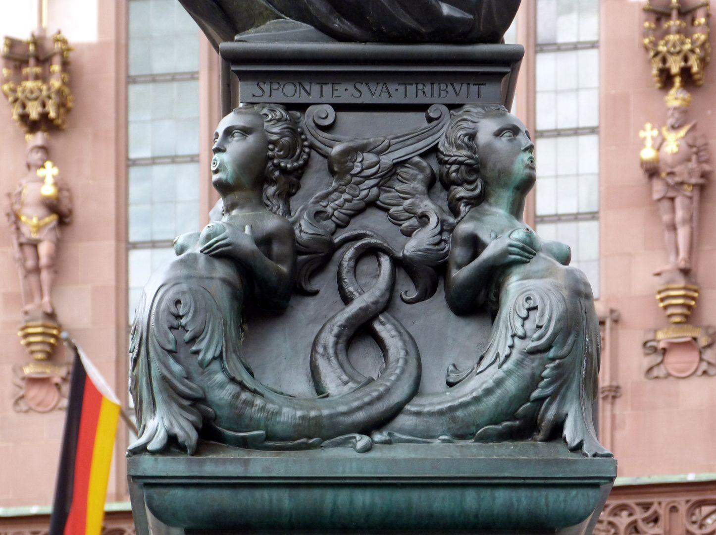 Gerechtigkeitsbrunnen (Frankfurt a.M.) Fußgestell mit Doppelschwänzigen Meeresfrauen, Ansicht von Osten