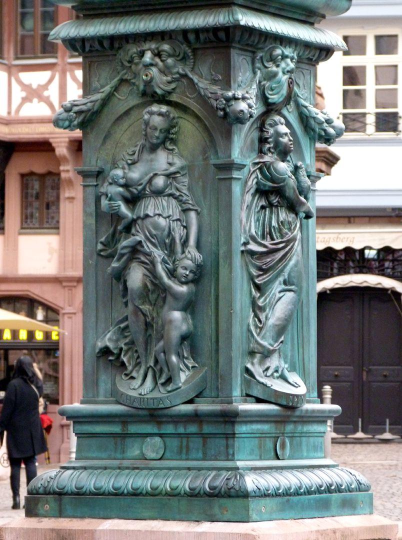 Gerechtigkeitsbrunnen (Frankfurt a.M.) Brunnenstock mit Darstellung der Caritas (Westseite) und der Spes (Südseite)