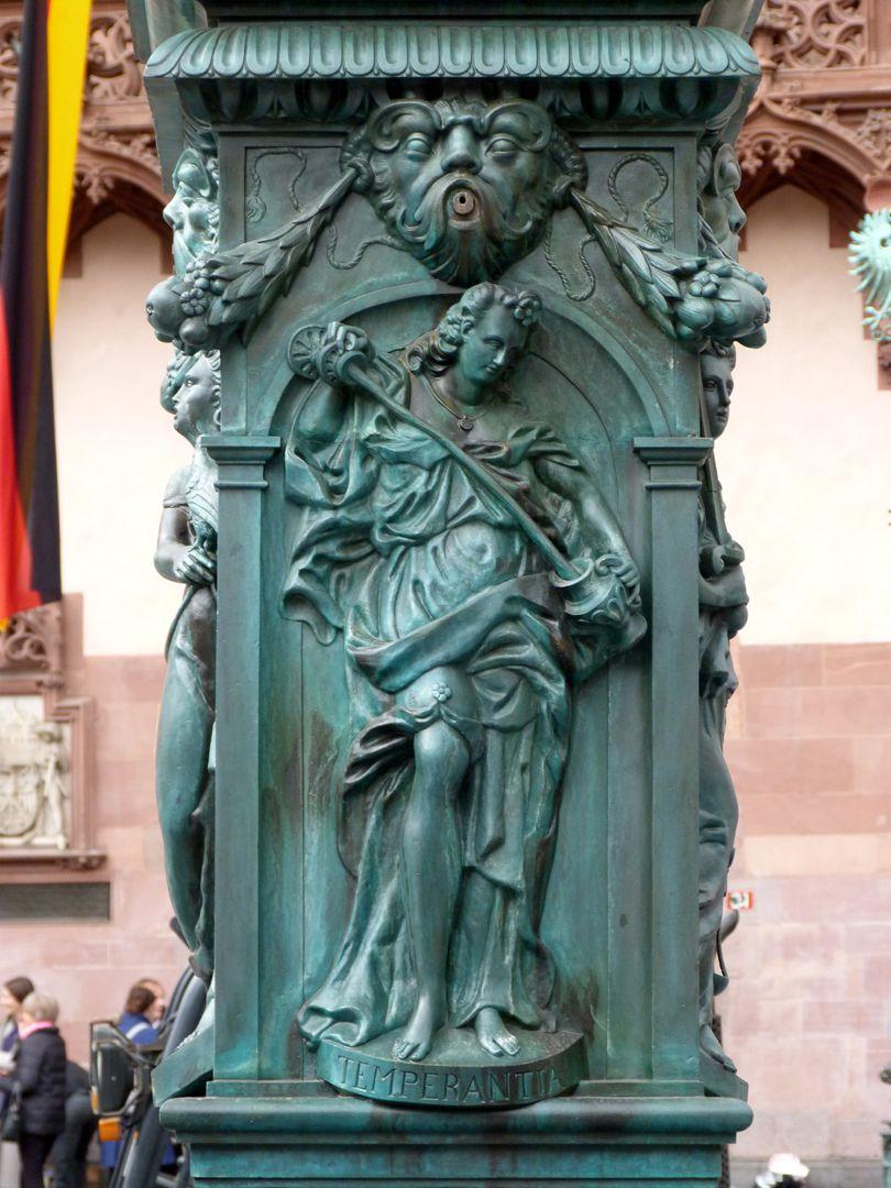 Gerechtigkeitsbrunnen (Frankfurt a.M.) Brunnenstock mit der Darstellung der Temperantia (Ostseite)