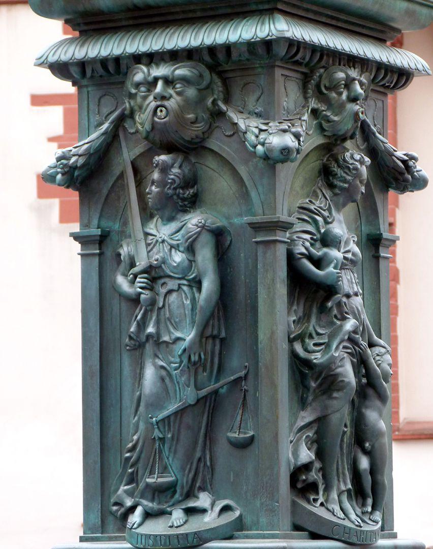 Gerechtigkeitsbrunnen (Frankfurt a.M.) Brunnenstock mit der Darstellung der Justitia (Nordseite) und der Charitas (Westseite)