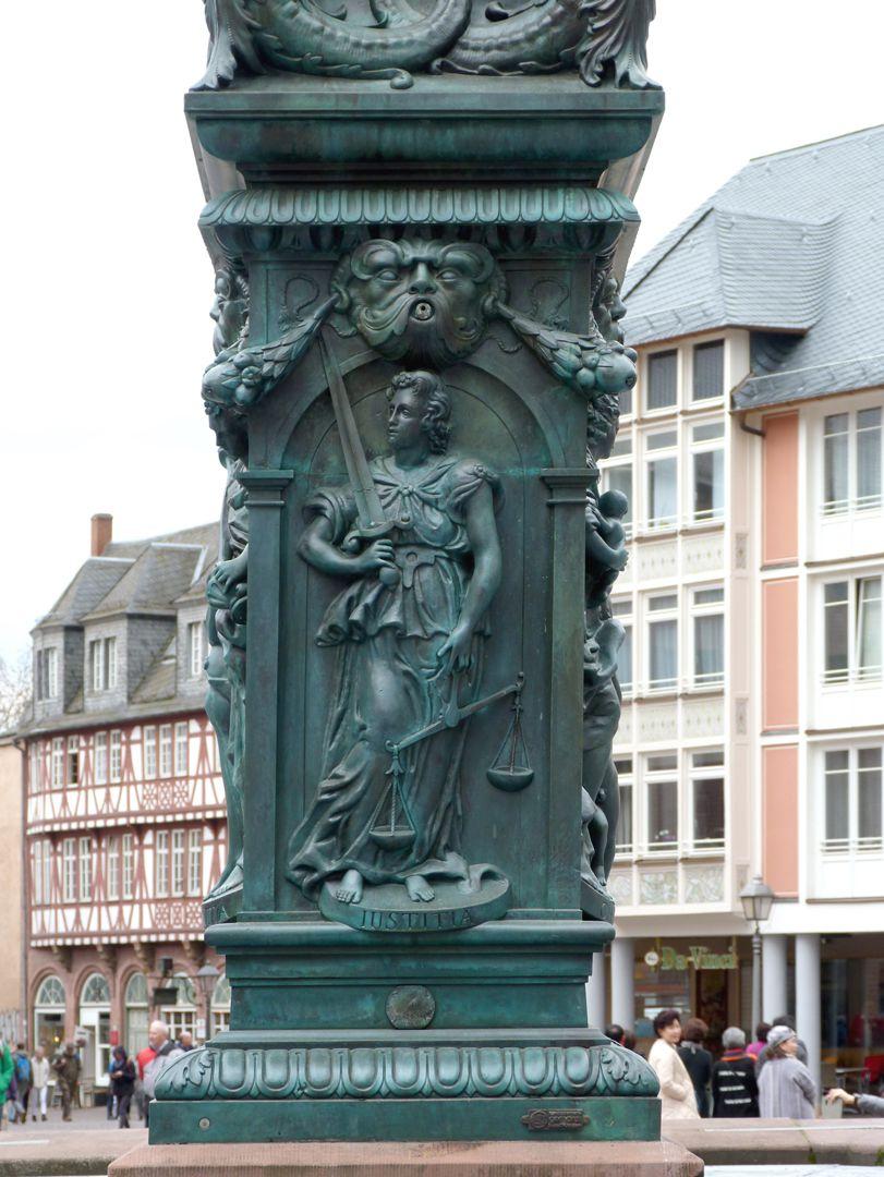 Gerechtigkeitsbrunnen (Frankfurt a.M.) Brunnenstock mit der Darstellung der Justitia (Nordseite)