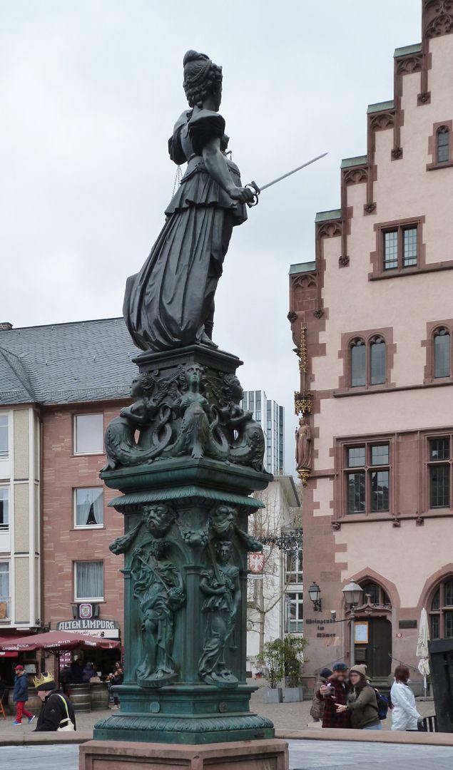 Gerechtigkeitsbrunnen (Frankfurt a.M.) Gesamtansicht von Nordosten