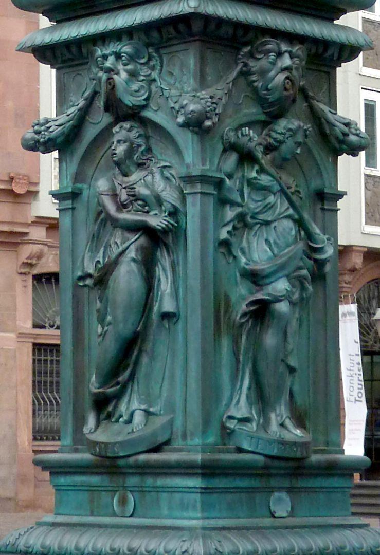 Gerechtigkeitsbrunnen (Frankfurt a.M.) Brunnenstock mit Darstellung der Spes (Südseite) und der Temperantia (Ostseite)