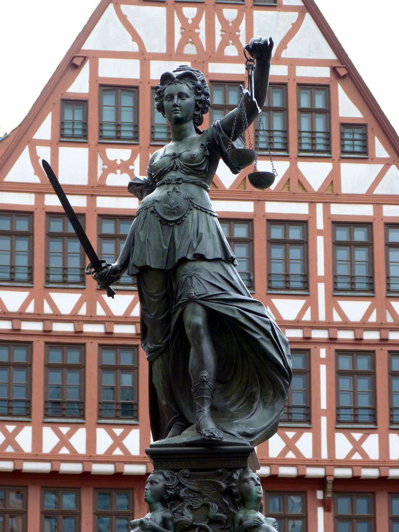 Gerechtigkeitsbrunnen (Frankfurt a.M.) Justitia mit Schwert und Waage, Ansicht von Westen
