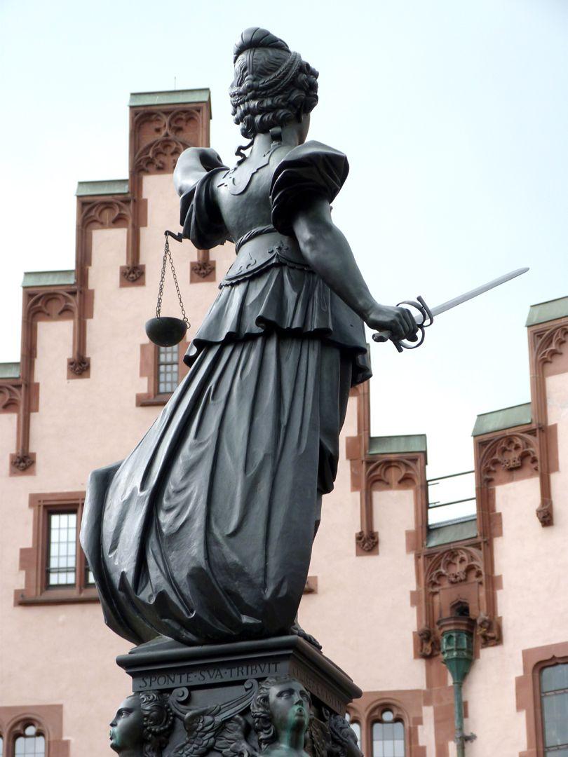 Gerechtigkeitsbrunnen (Frankfurt a.M.) Gerechtigkeit mit Schwert und Waage, Ansicht von Nordosten