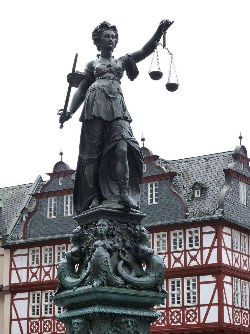 Gerechtigkeitsbrunnen (Frankfurt a.M.) Gerechtigkeit mit Schwert und Waage, Ansicht von Nordwesten