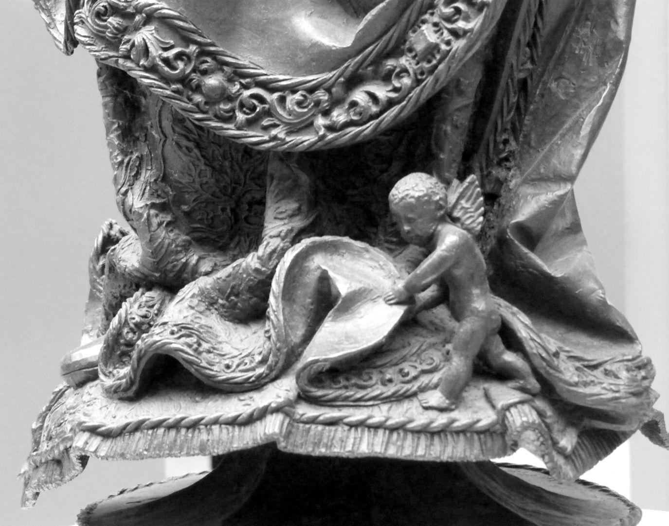 Maria mit dem Kinde Ein Engelein, ähnlich dargestellt wie beim Sebaldusgrab, hebt den unteren Saum von Marias Kleidung an.