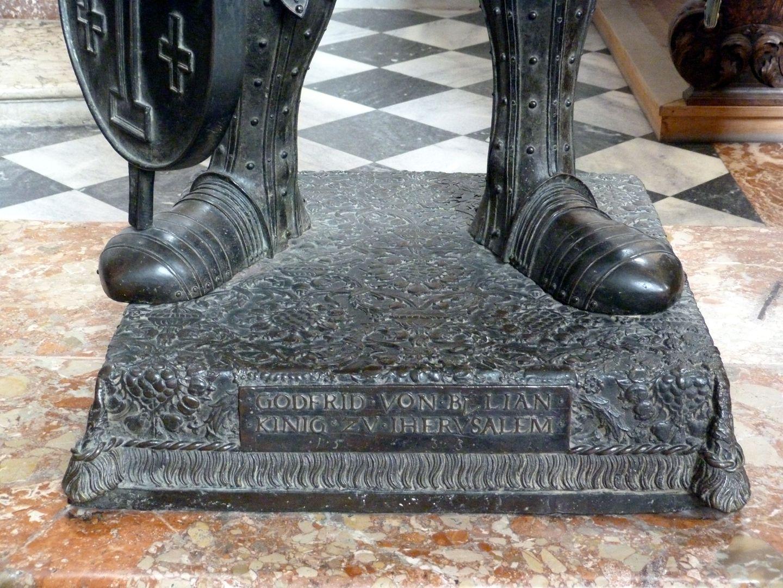 Gottfried von Bouillon (Innsbruck) Sockel mit Inschrift: GODFRID VON BVLIAN KINIG ZV IHERVSALEM 1533