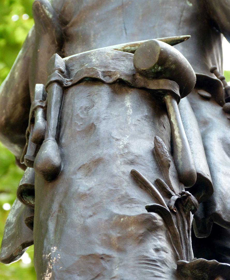 Grübelsbrunnen Detailansicht mit Flaschnermeisterwerkzeug