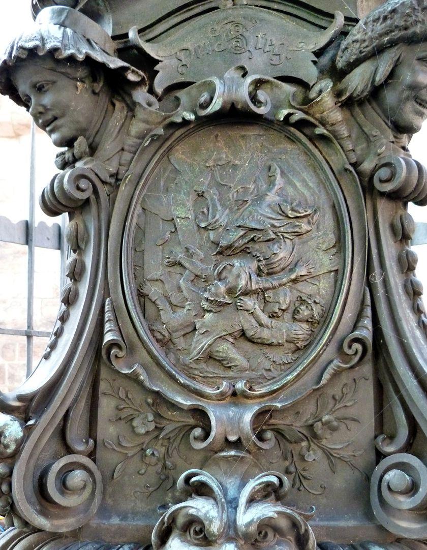 """Grübelsbrunnen Postament, Ostseite, """"Der Steg"""""""