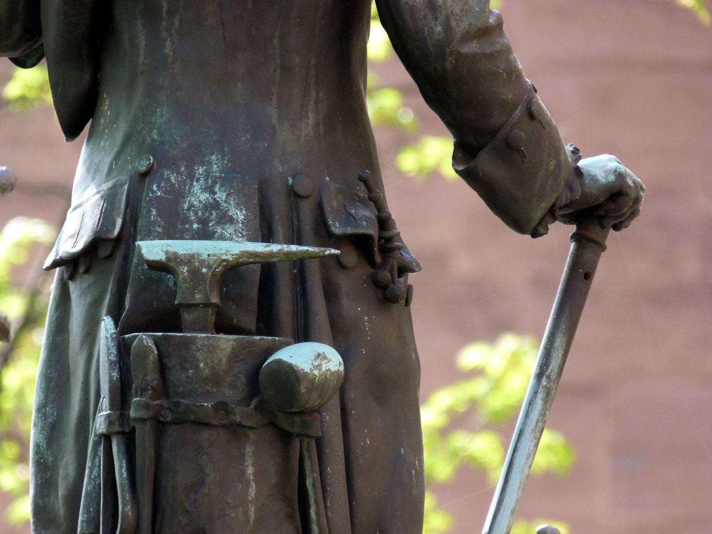 Grübelsbrunnen Rückansicht mit Flaschnermeisterwerkzeug