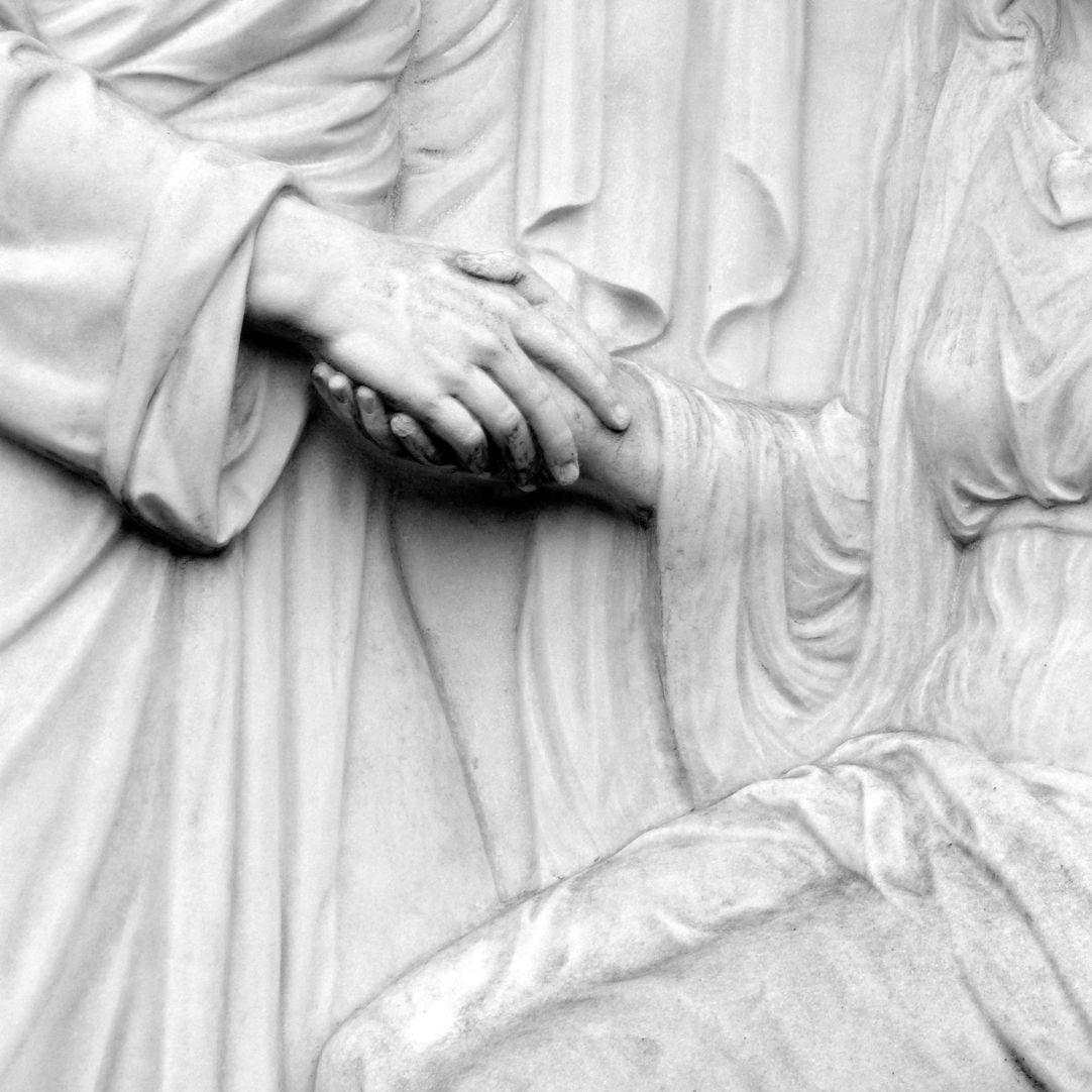 Grabmal Familie Heinrich Zeltner Detail, Hände, Faltenwurf der Gewänder