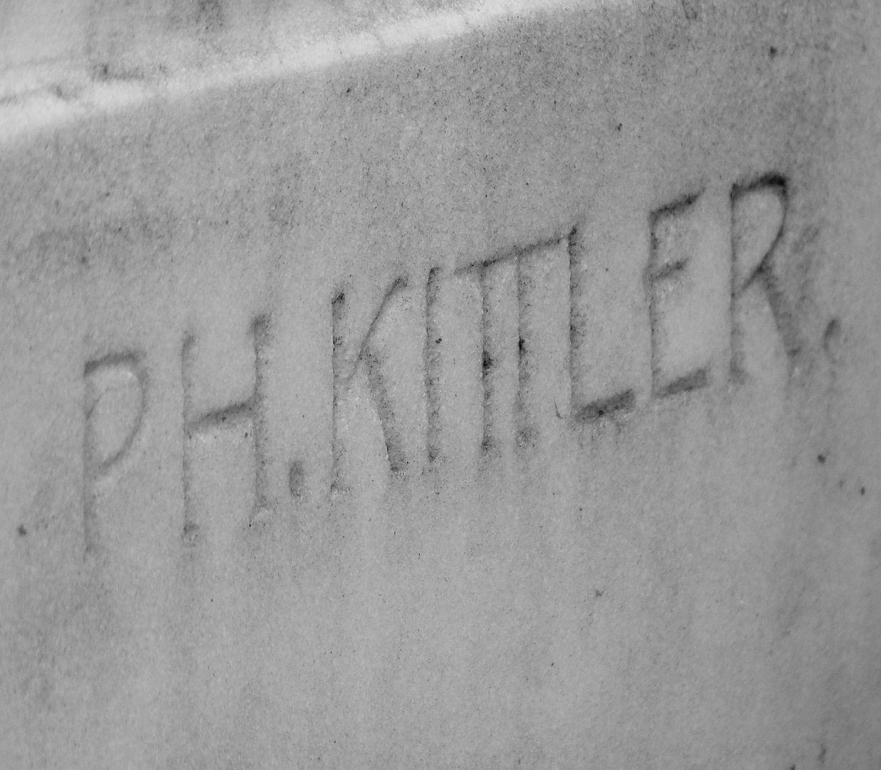 Grabmal Familie Heinrich Zeltner Künstlersignatur an der unteren rechten Ecke