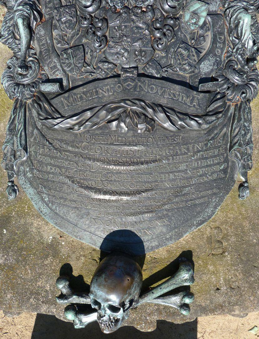 Epitaph des Andreas Georg Paumgarten untere Epitaphhälfte mit Inschrift und Schädel