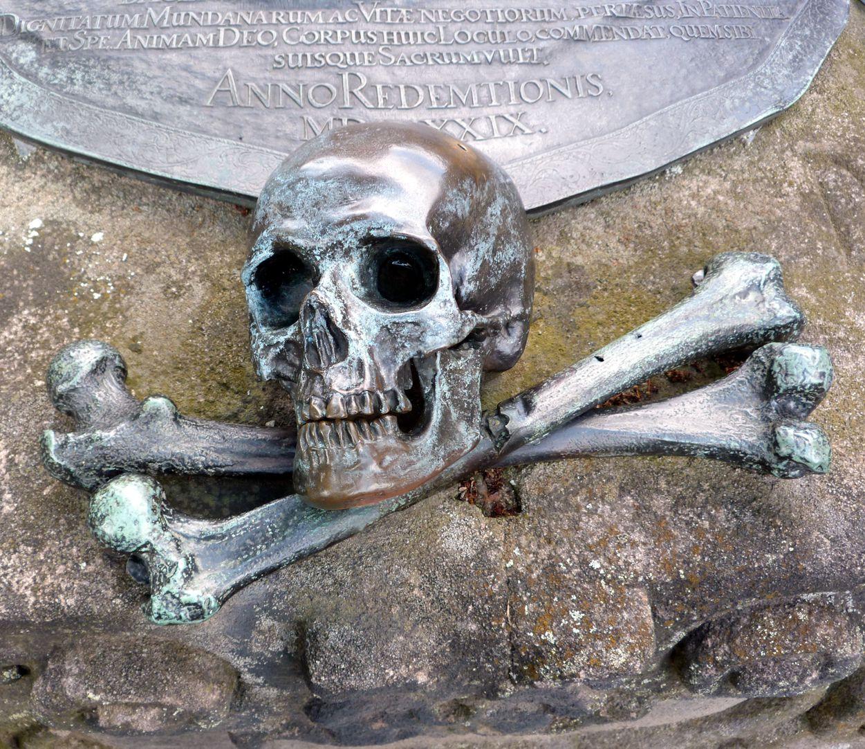 Epitaph des Andreas Georg Paumgarten Schädel mit beweglichem Unterkiefer