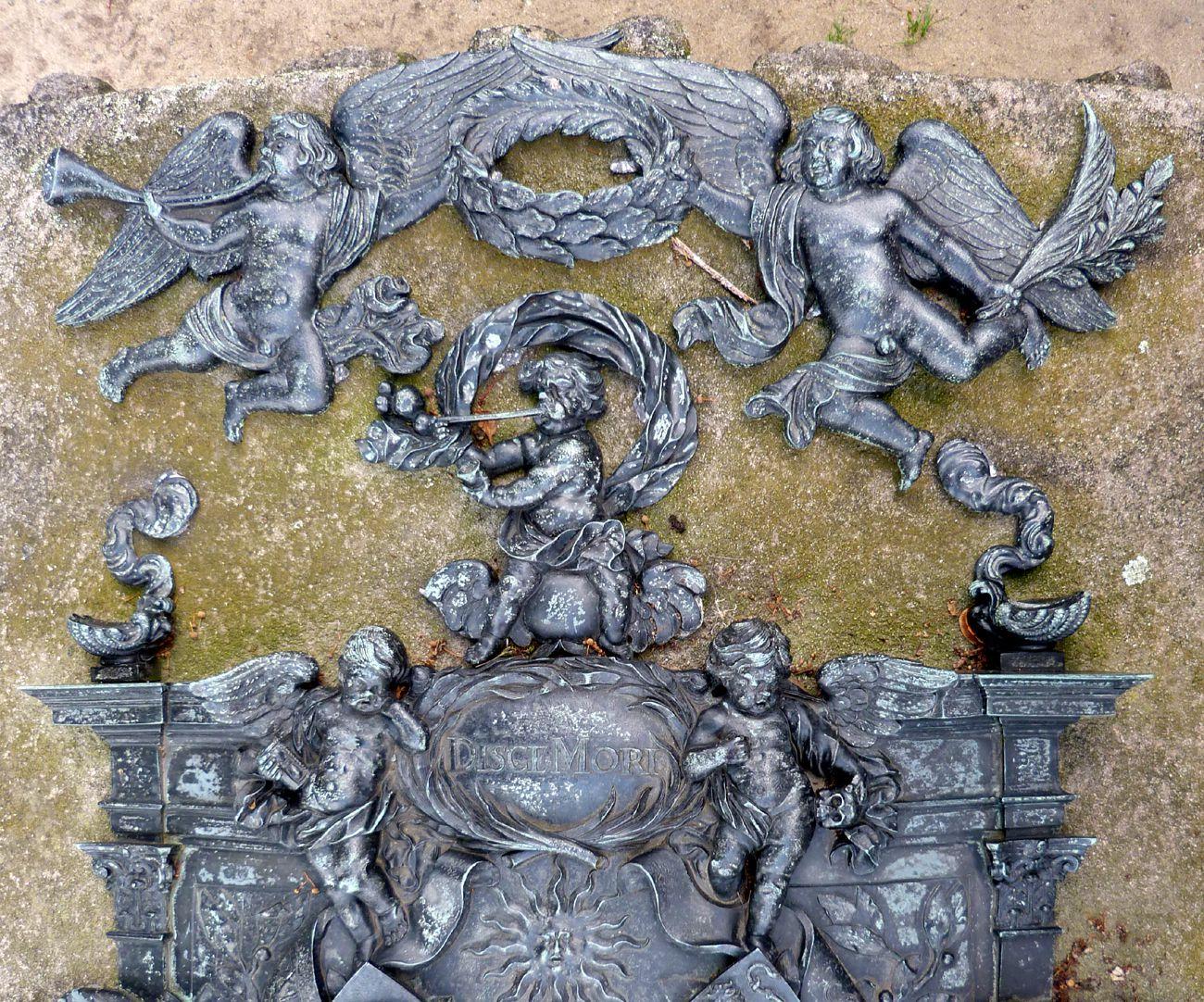 Epitaph des Andreas Georg Paumgarten bekrönende Engel mit Posaune bzw. Palmenzweig, darunter seifenblasender Putto