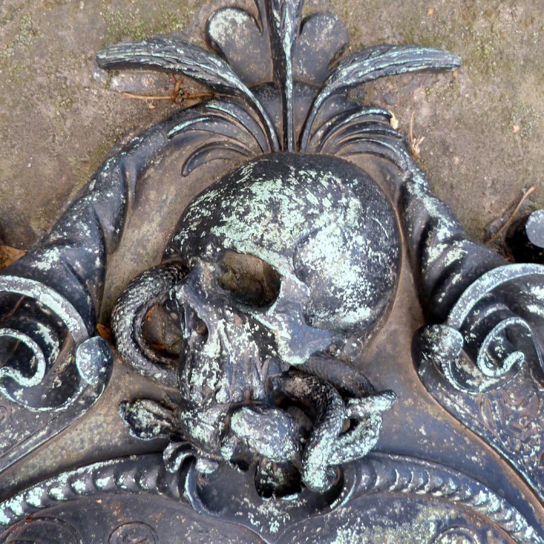 Epitaph des Georg Schwanhardt (Glasschneider) und Ehefrau Susanna Couronnement der Kartusche mit Schädel