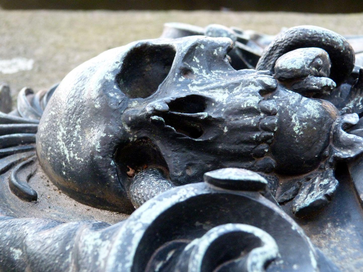 Epitaph des Georg Schwanhardt (Glasschneider) und Ehefrau Susanna Couronnement der Kartusche mit Schädel, Flachansicht