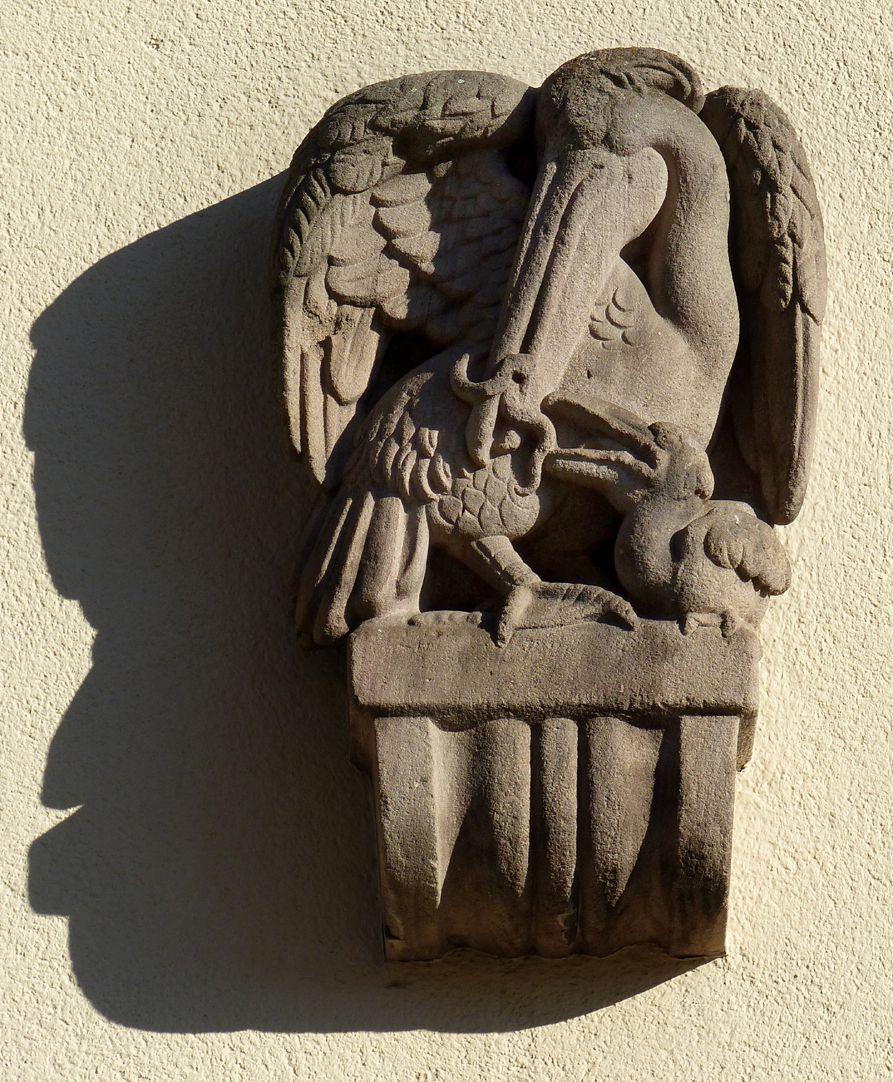 ehemalige Allgemeine Ortskrankenkasse Rückfassade, Mühlgasse, Konsolenfigur (Pelikan mit Jungtier von Max Heilmeier)