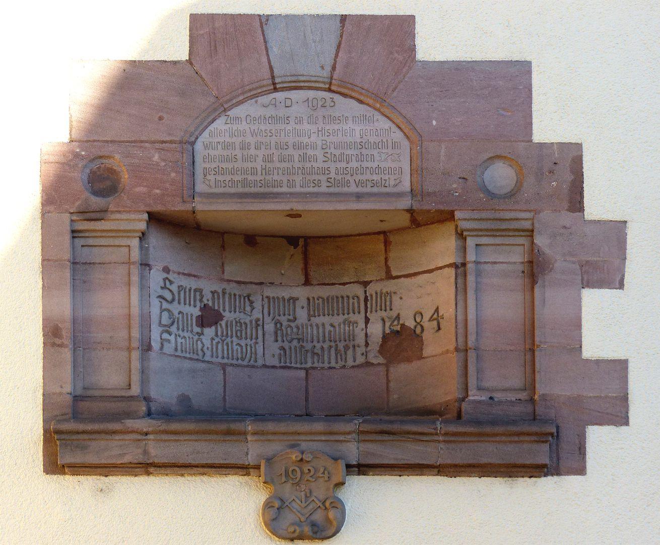 ehemalige Allgemeine Ortskrankenkasse Rückfassade, gotische Inschrift von 1484 und Gedächtnisrahmen von 1924