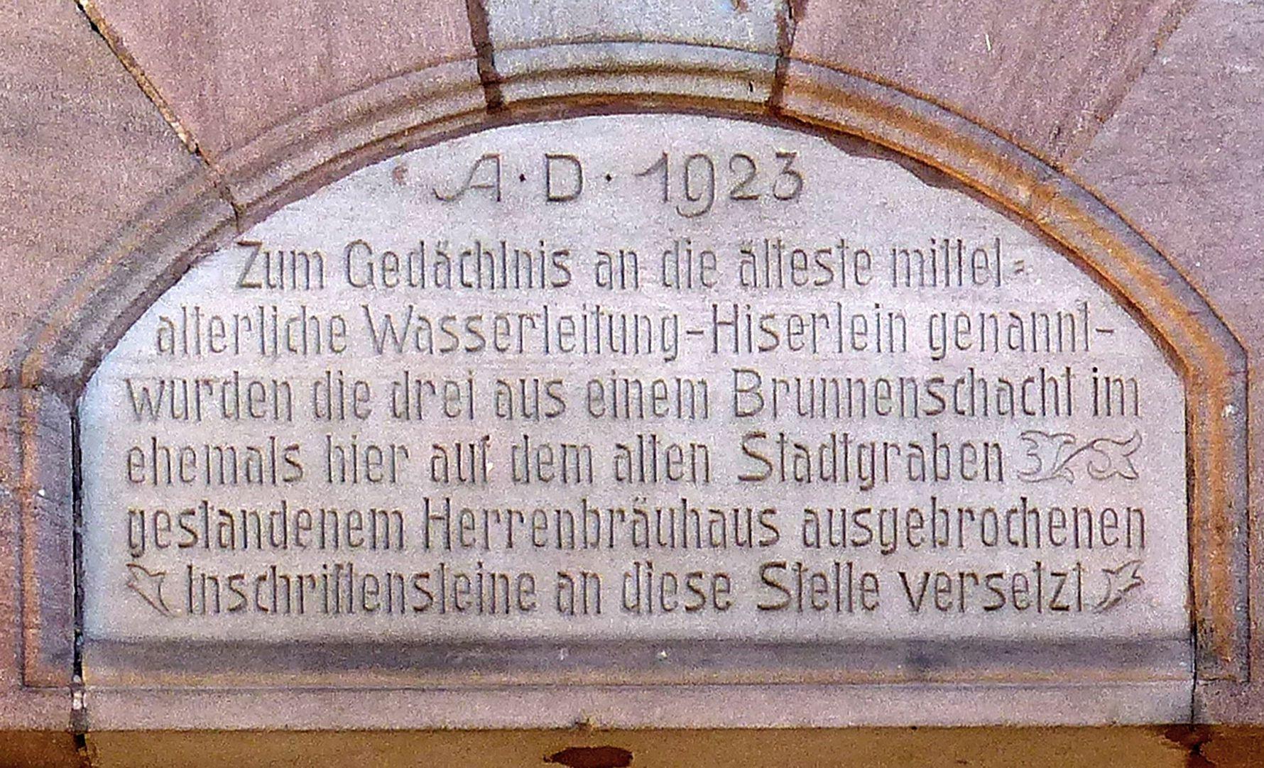 ehemalige Allgemeine Ortskrankenkasse Rückfassade, Tafel mit Inschrift von 1923