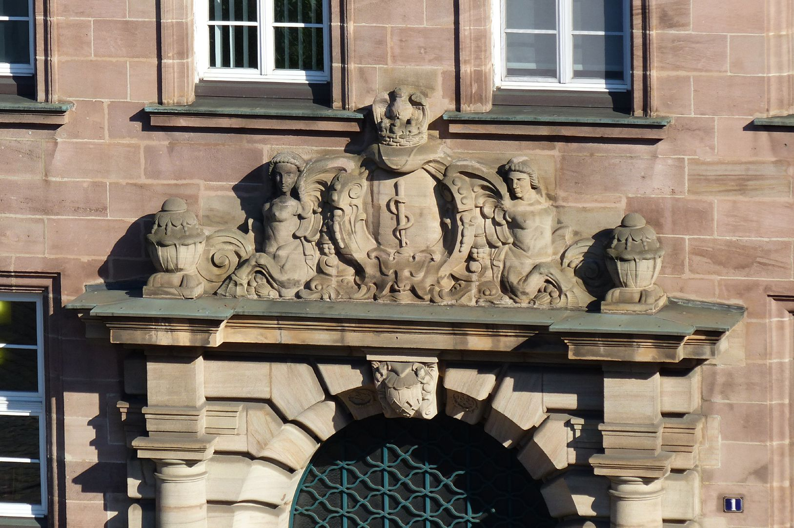 ehemalige Allgemeine Ortskrankenkasse Bekrönung des Hauptportals mit Aeskulap-Wappen