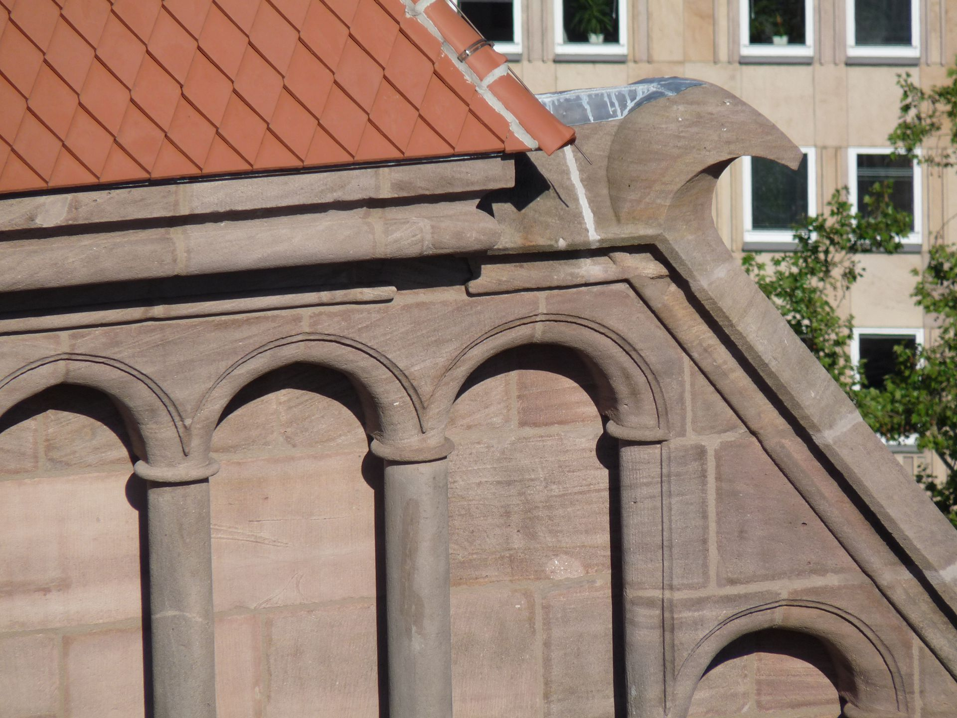 St. Lorenz, Chor Westgiebel mit seitlicher Überstabung und Haken