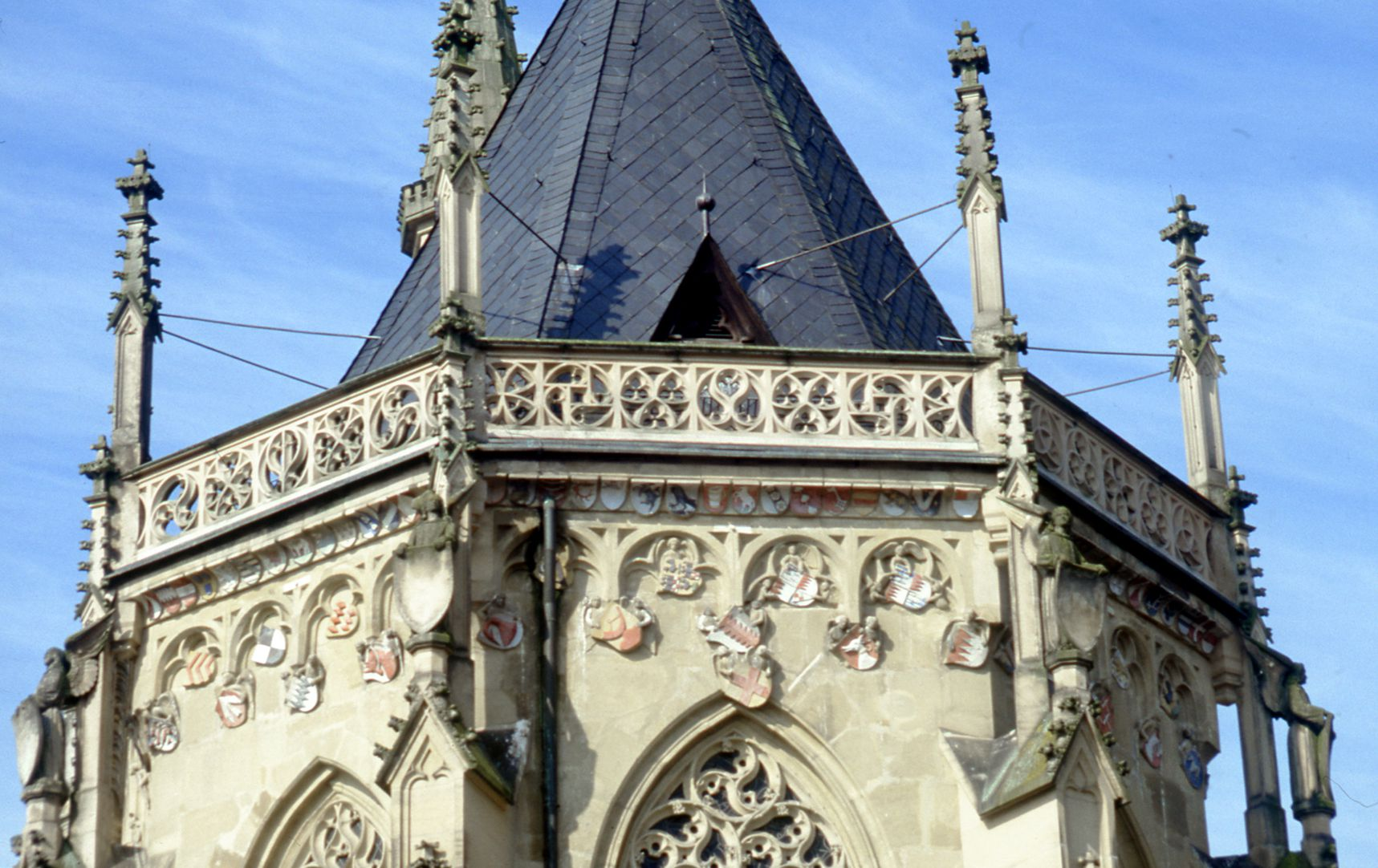 Ritterkapelle (Haßfurt) Die dekorativen Teile - nicht die Heraldik - sind Heideloffs Werk, so die ungotischen Engel, die mit den Wasserschlägen vereint sind.
