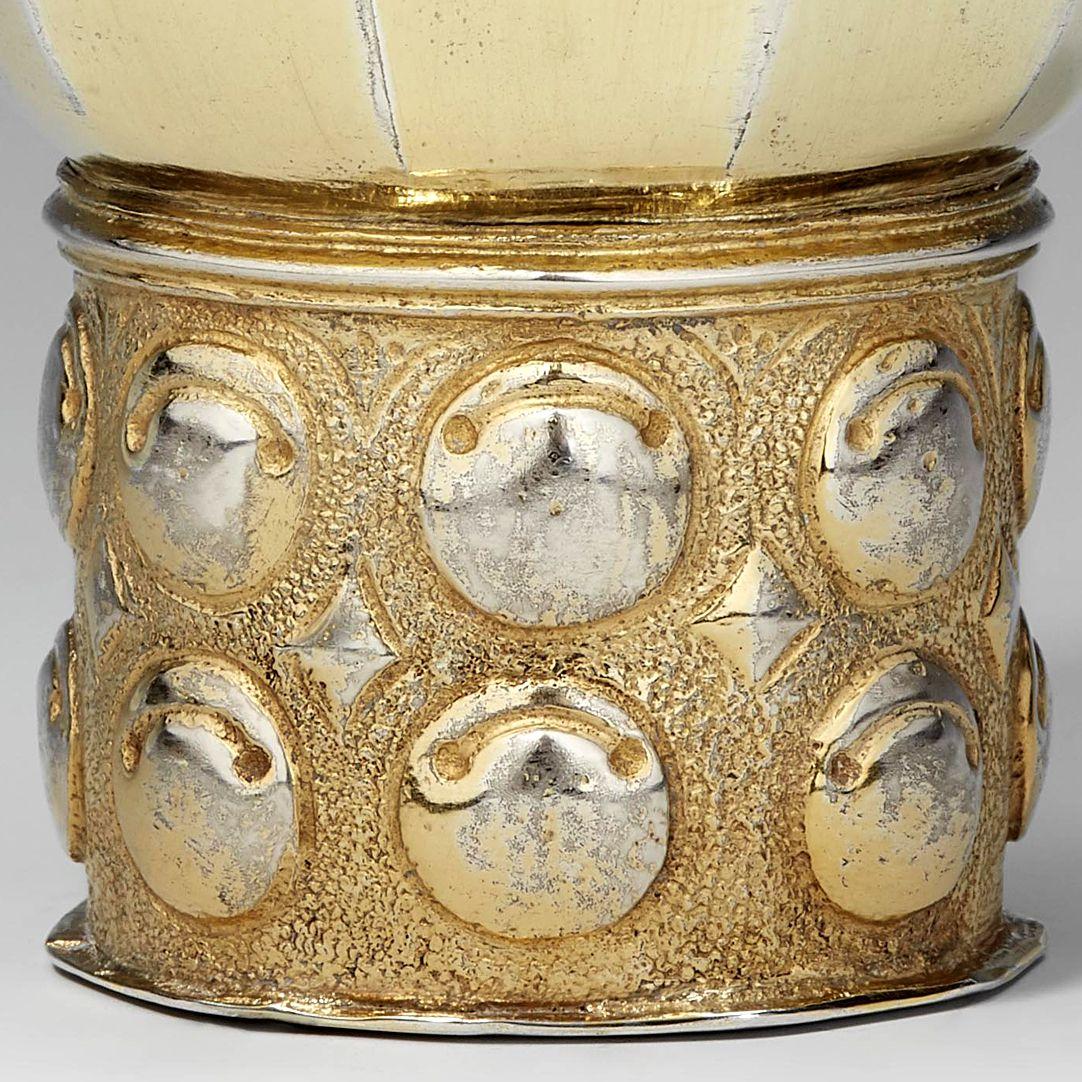 Renaissance-Becher Detail mit Schellenbuckeln