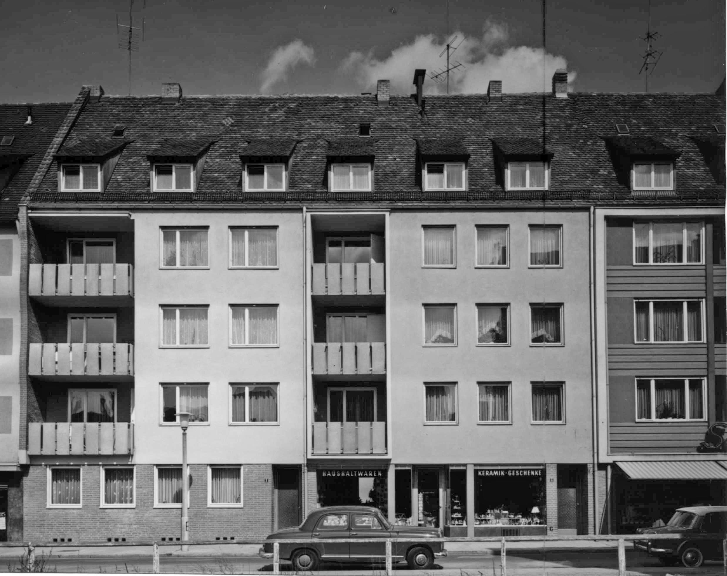 Wohn- und Geschäftshäuser In Anlehnung an das Nachbarhaus gebaut bei Aufgabe der Horizontalrillen