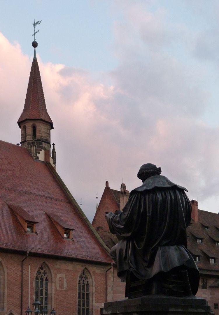 Hans Sachs Denkmal Denkmal mit Heilig-Geist-Spital im Hintergrund