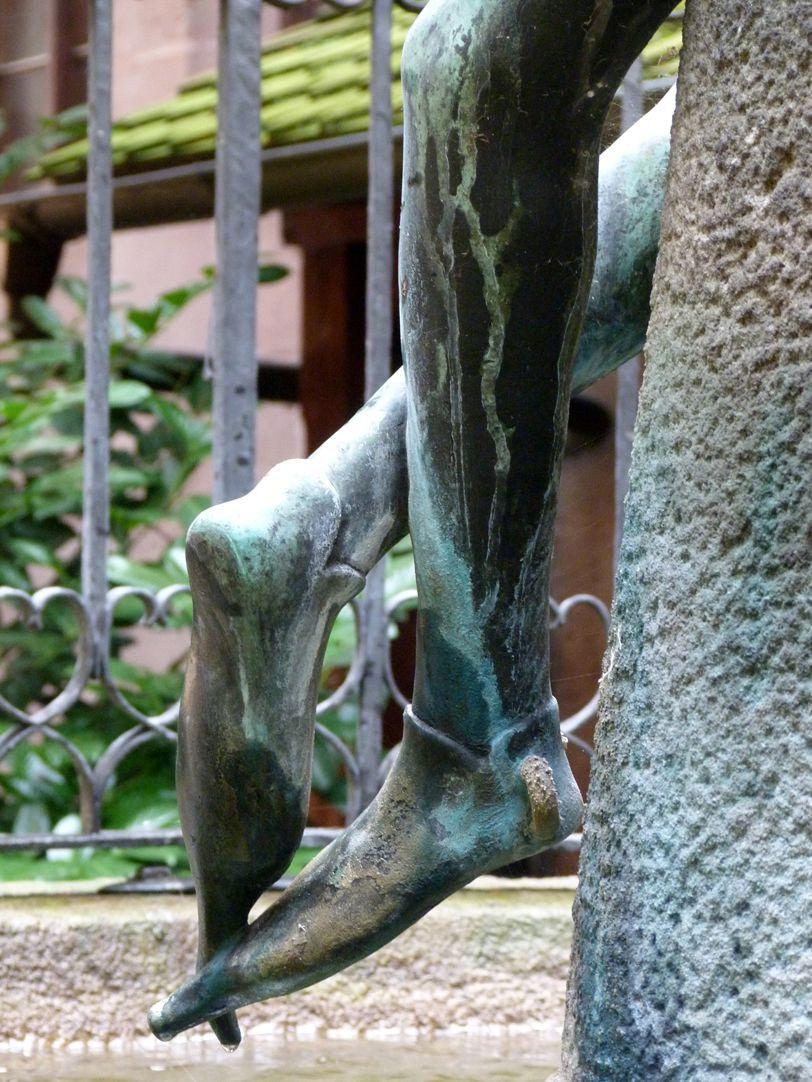 Hanselbrunnen verschränkte Beine