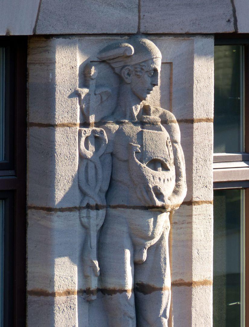 Geschäfts- und Bürohaus, Hefnersplatz 7 Hermes, Relief am vierten Obergeschoss