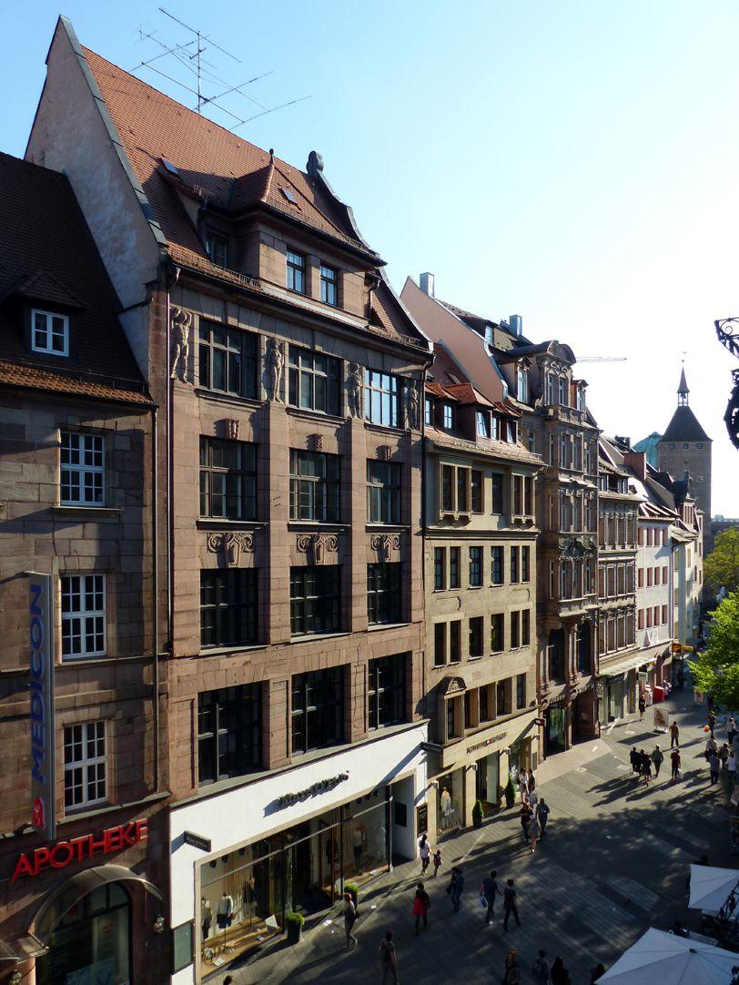 Geschäfts- und Bürohaus, Hefnersplatz 7 Gesamtansicht mit Blick in die Breite Gasse