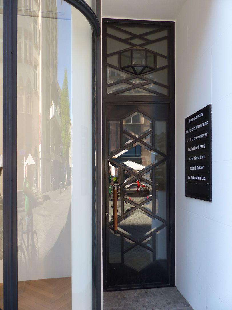 Geschäfts- und Bürohaus, Hefnersplatz 7 Eingang