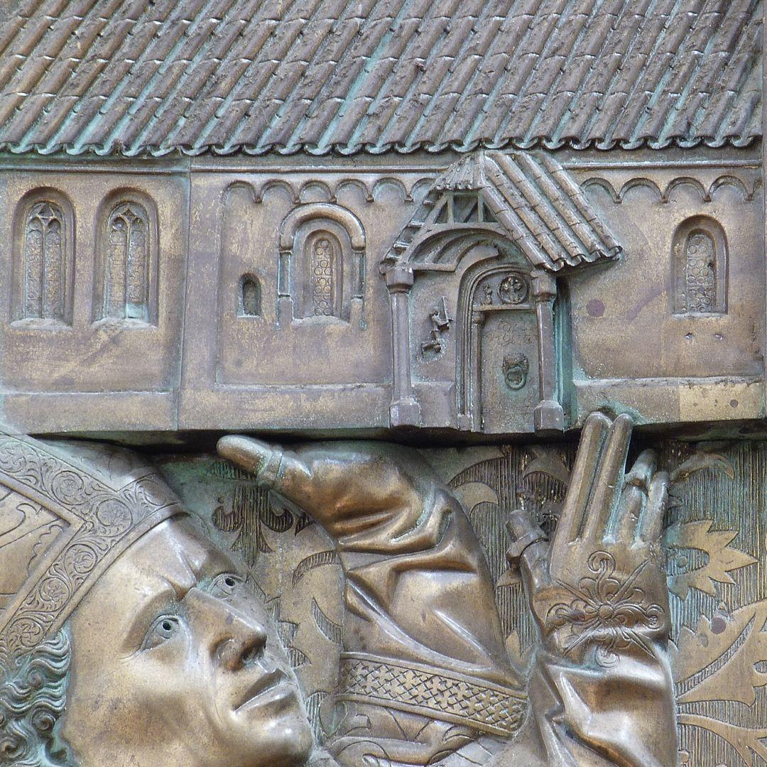 Memorienplatte für Hariolf und Erlolf Das Kirchenmodell wird getragen, Detail mit dem Südportal