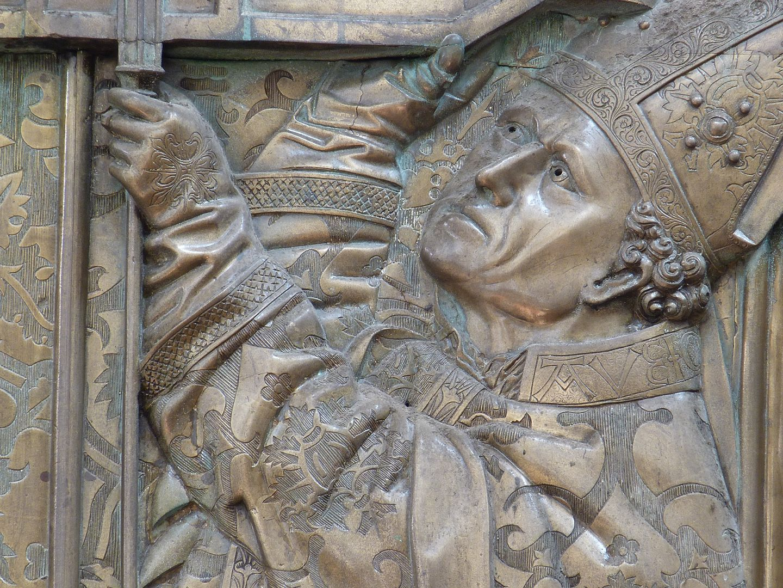 Memorienplatte für Hariolf und Erlolf rechte Gestalt, Detail